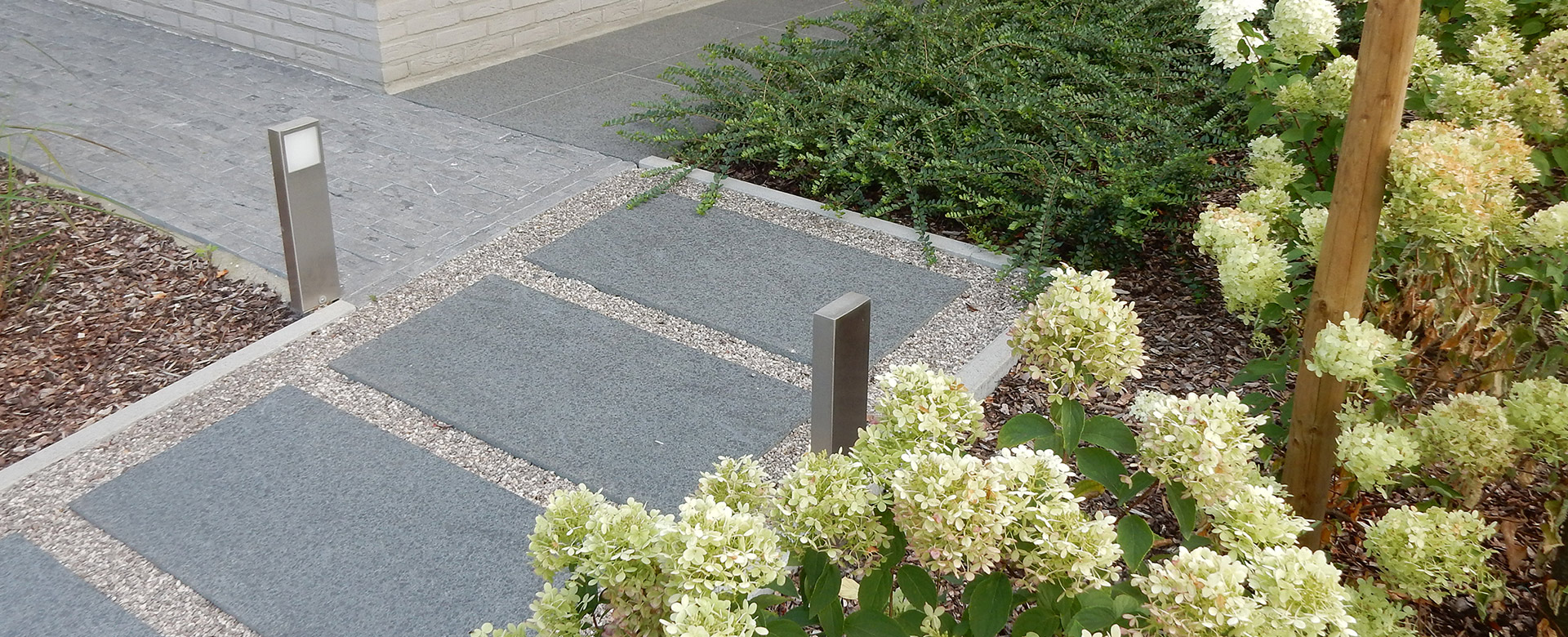 Aanleg terrassen en opritten terrassen in natuursteen hardhout betonklinkers kleiklinkers - Maak een grind steegje ...