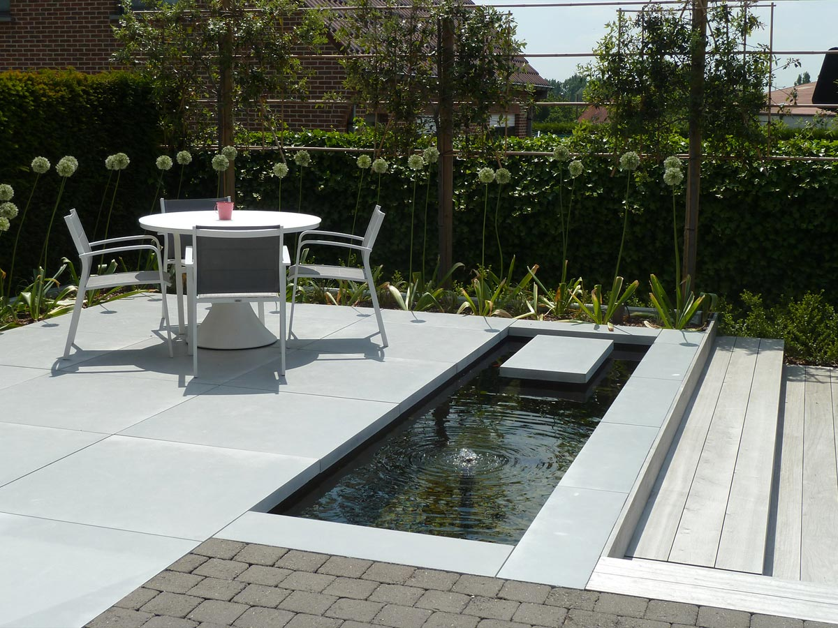 Modern terras met houten zitbanken in grote tegels en padouk